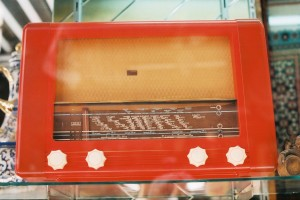 Orange_bakelite_radio